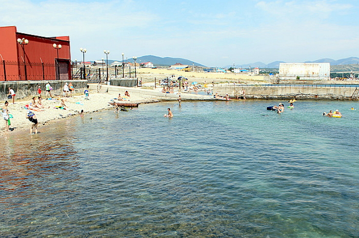 Дикий пляж за портом